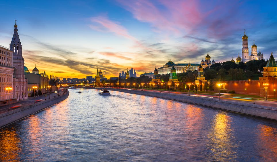 Twilight falls on the Kremlin and the Moscow River © Catarina Belova / Shutterstock