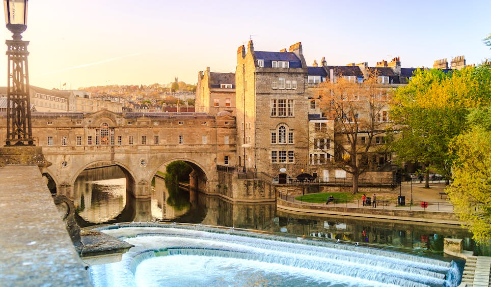 The 18th-century Pulteney Bridge in historic Bath, just one of many tempting destinations in the UK for bargain-hunting travellers © bento42894 / Shutterstock