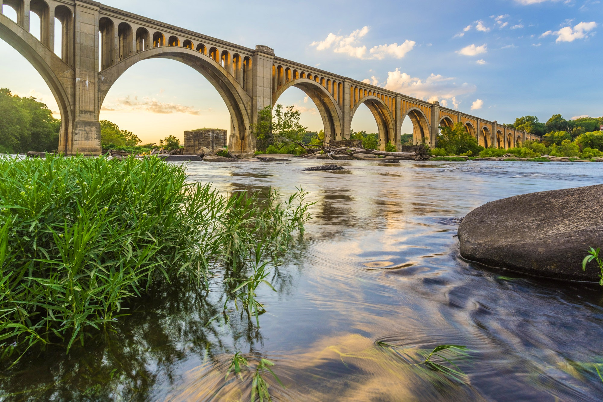 Cyclists, strollers and adrenaline-junkies alike are all drawn to Richmond's James Rivers © Xavier Ascanio / Shutterstock