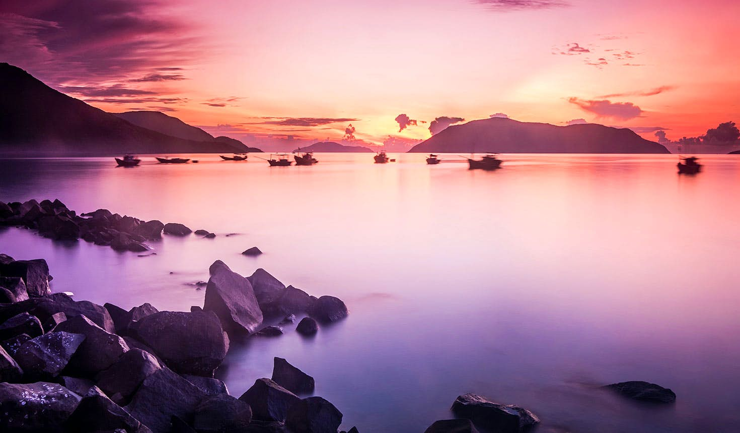 Sunrise paints the morning sky pink above the Con Dao Islands, Vietnam Image: Cao Tran Tho / Shutterstock