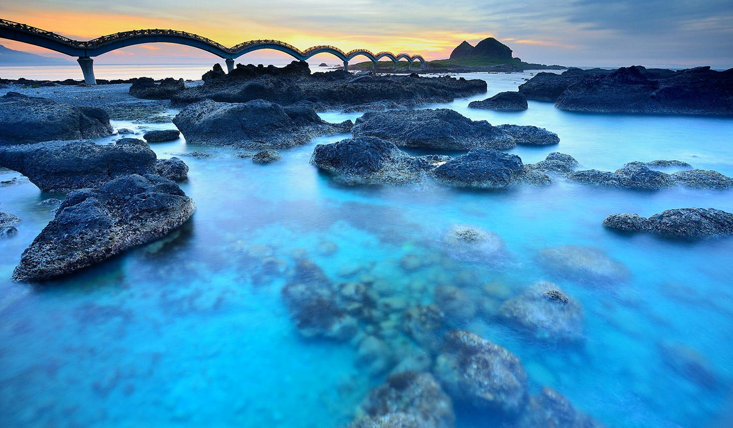 The 'dragon' footbridge that connects Sansiantai Island to Taitung County. Image: Anthony Ko / Getty Images